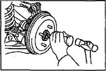 Снятие cтупицы задней оси (модели 4WD)