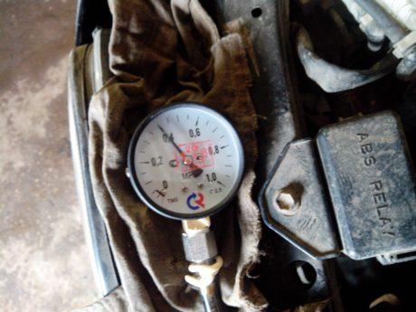 Измеряем давление масла манометром