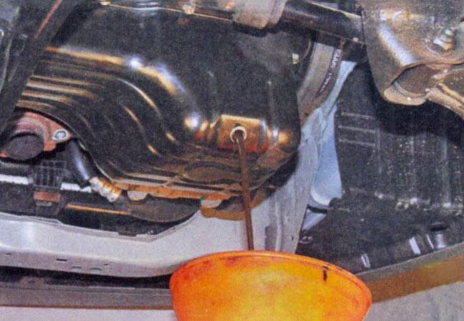 Проверка коробки передач по уровню и цвету масла